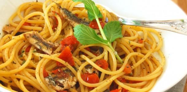 spaghetti-con-alici-fresche-pomodorini-e-peperoncini-verdi